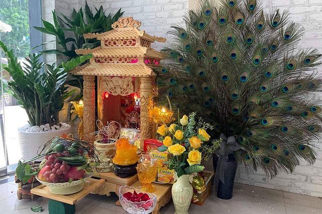 Bàn thờ Thần Tài dẹp sử dụng cây cảnh để trang trí