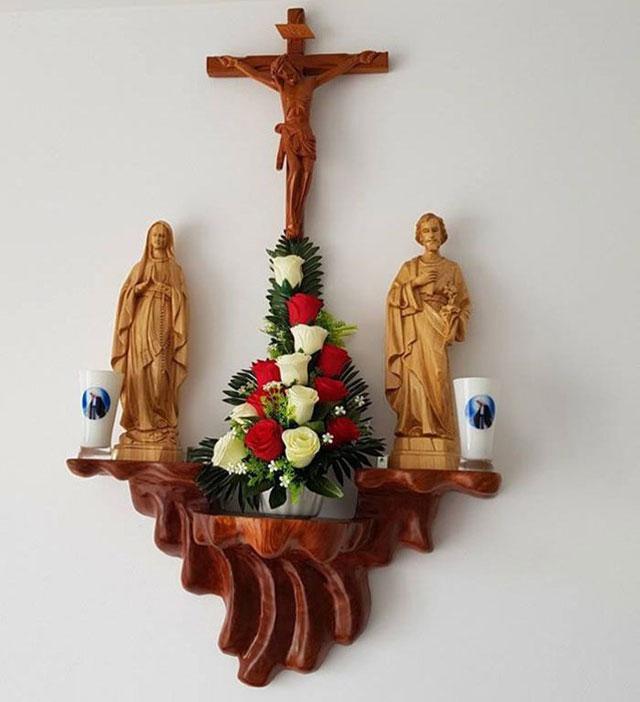 Bàn thờ Công Giáo treo tường
