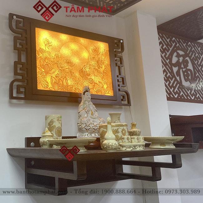 Bàn thờ treo tường kết hợp tranh trúc chỉ đem lại vẻ đẹp và tính trang nghiêm