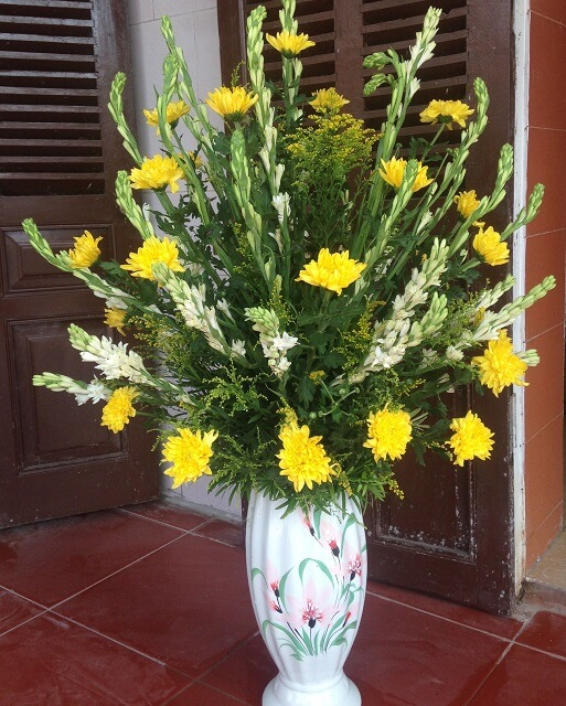 Cắm hoa để bàn thờ ngày Tết