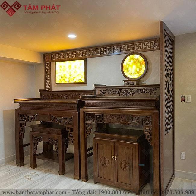 Mẫu bàn thờ kết hợp tranh trúc chỉ tăng thêm ánh sáng huyền ảo cho nơi thờ cúng