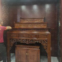 Bàn thờ tam cấp được sơn màu nâu gụ